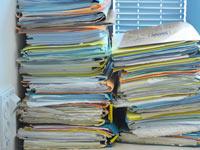 מס הכנסה  ערמות של תיקים דין משפט / צלם: איל יצהר